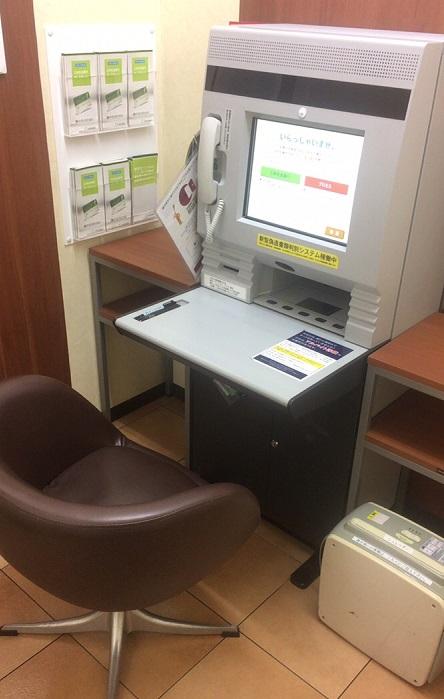 プロミスの自動契約機はタッチパネル式で、ATMのような見た目をしている