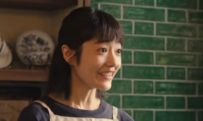レイクALSAのCM「出会い」篇で喫茶店の店員役の紗都希